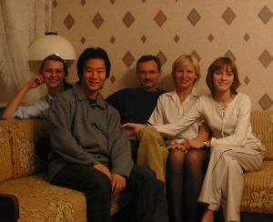 左がMさん、当時17歳。その隣のイモっぽいのが私です。